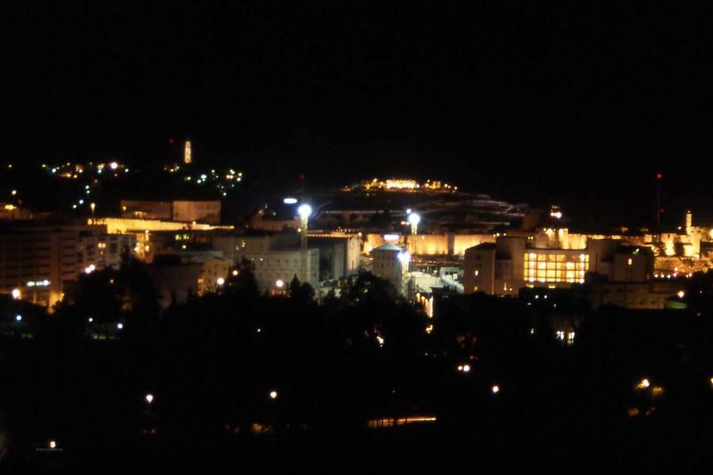 Jerusalem om kvelden sett fra hotellet, det er Tempelhøyden som er lyst opp og gir en eim av historie over tilværelsen. (Foto: Geir)