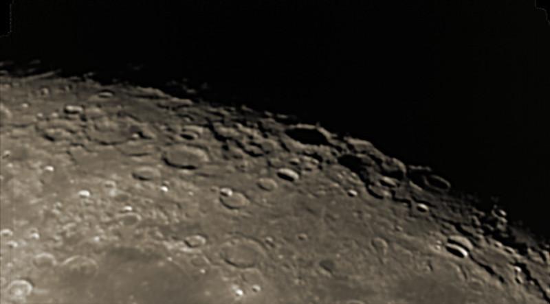 Měsíc 13.4.2014 cca. 3:15 SELČ - oblast jižního pólu. Výrazný kráter mírně vpravo uprostřed na terminátoru je Byrgius, průměr zhruba 90 km.