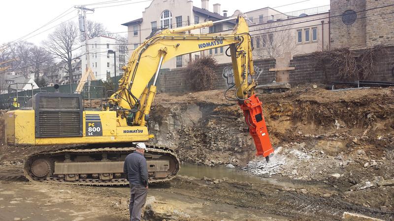 NPK GH40 hydraulic hammer on Komatsu excavator (9).jpg