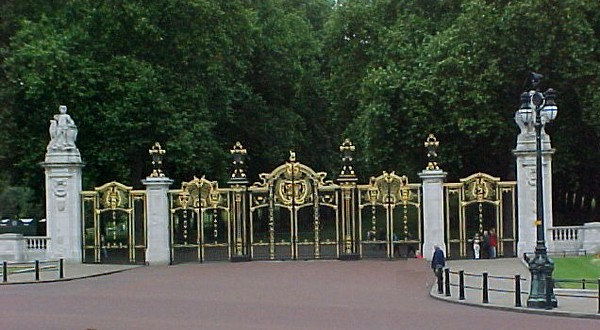 Palace Gate into Green Park.JPG