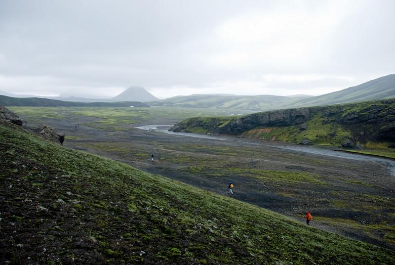 Skálinn er handann við þennan háls. Mælifell í bakgrunni.
