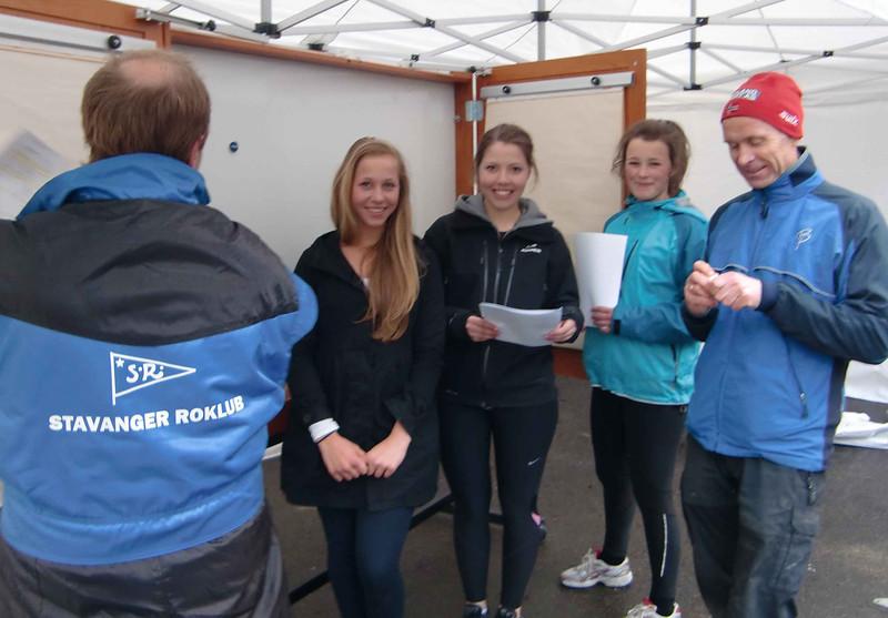 Klargjøring av resultattavle: Svenn Erik, Hanne Kristin, Astrid og OddGeir
