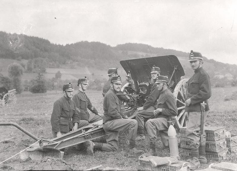 023a Artilleriekanoniere vor Santenberg um 1919.png