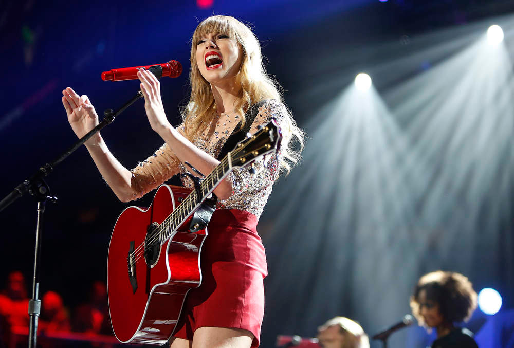 . Singer Taylor Swift performs during the Z100 Jingle Ball at Madison Square Gardens in New York, December 7, 2012.    REUTERS/Carlo Allegri