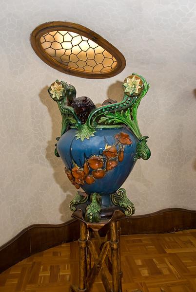 A pot sculpture on the groun floor of Casa Batlló. (Dec 11, 2007, 09:20pm)