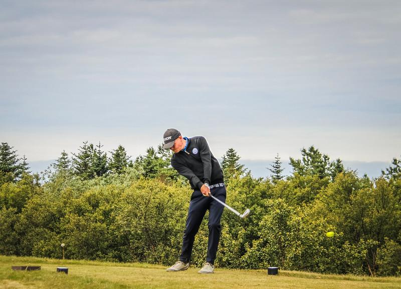 Ólafur Björn Loftsso, GKG, slær á 2. teig á Garðavelli.  Mynd/seth@golf.is
