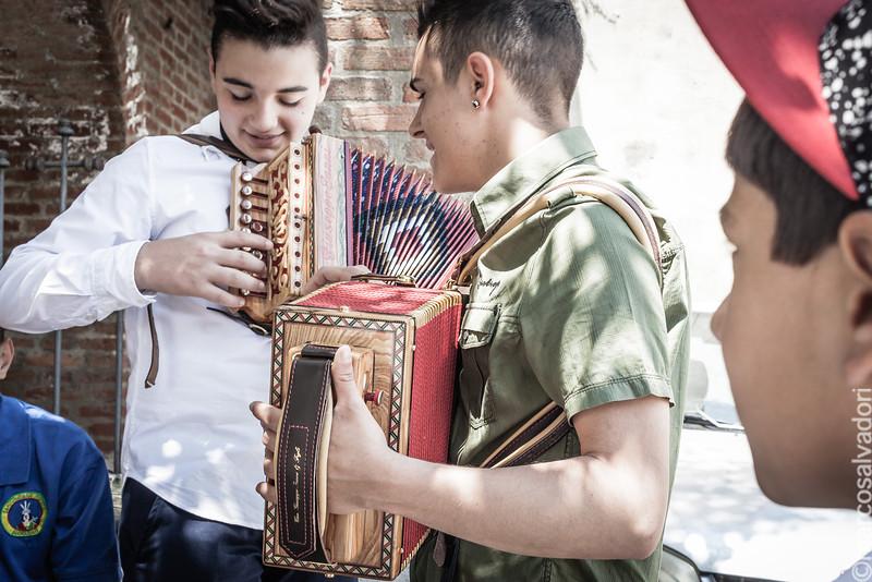 Giovani suonatori di organetto si esercitano prima della processione