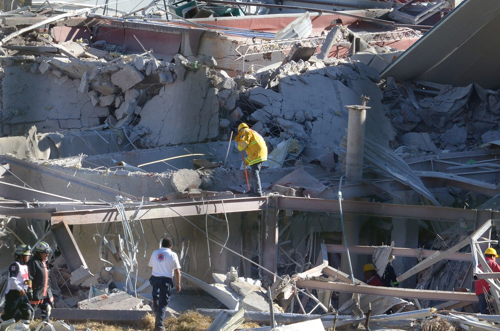 . Rescuers work amid the wreckage caused by an explosion in a hospital in Cuajimalpa, Mexico City, on January 29, 2015.   AFP PHOTO/DAVID  DEOLARTE/AFP/Getty Images