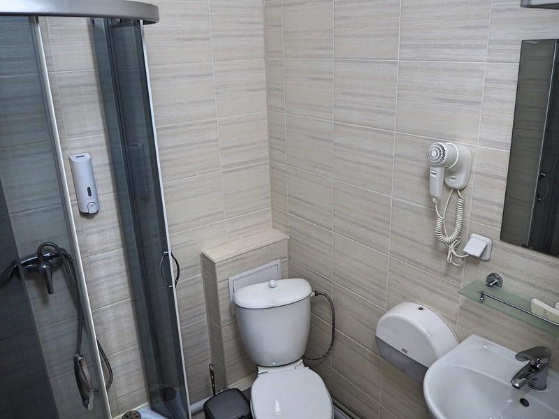 P7200059-bathroom.jpg
