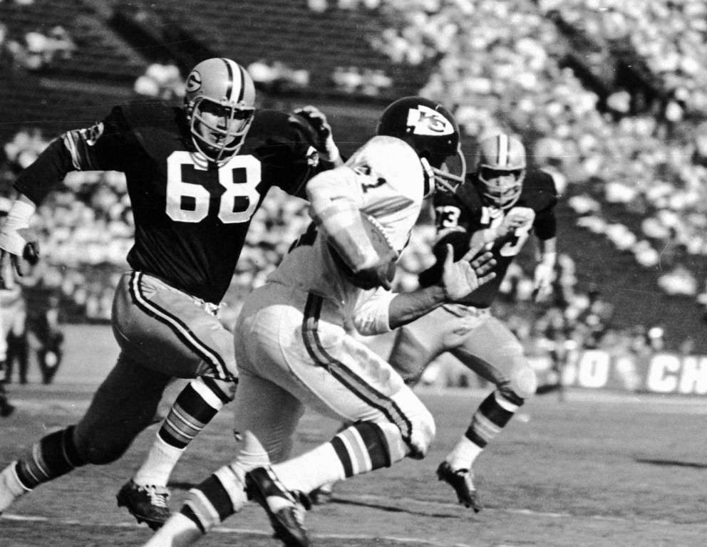 . NFL FOOTBALL FIRST SUPER BOWL GAME  PLAYERS RUNNING BALL ACTION