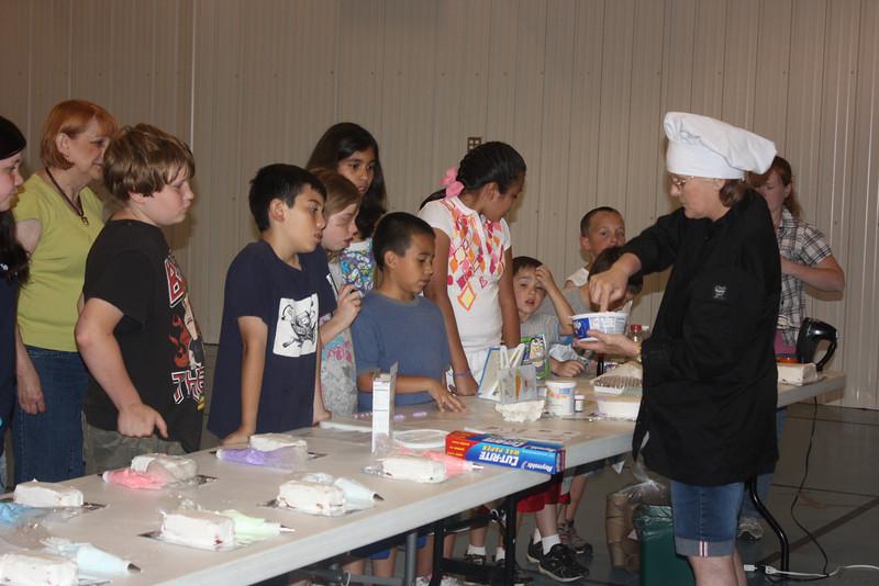 Mid-Week Adventures - Cake Decorating -  6-8-2011 102.JPG