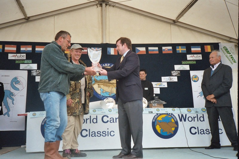WCC03-Mark & Jo Gardner collecting Trophy