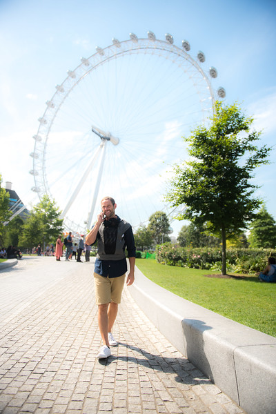 Izmi_Baby_Carrier_Breeze_Mid_Grey_Lifestyle_Front_Carry_Dad_By_London_Eye.jpg