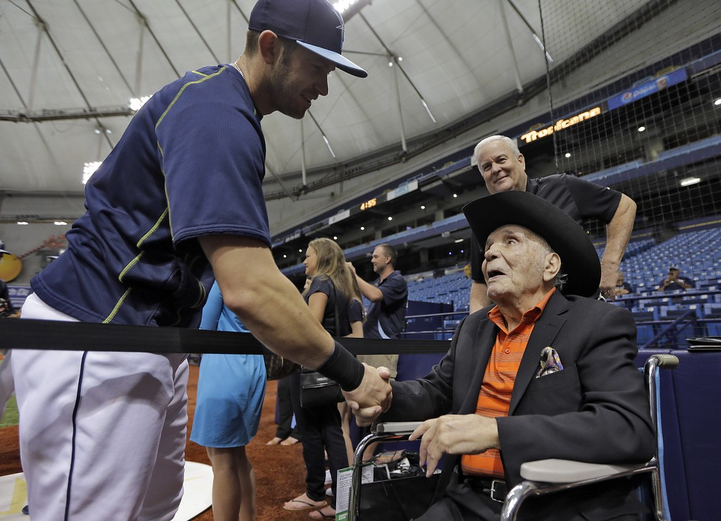 . Former middleweight boxing champion Jake LaMotta, right, shakes hands with Tampa Bay Rays third baseman Evan Longoria during batting practice before a baseball game between the Rays and the New York Yankees, Tuesday, Sept. 15, 2015, in St. Petersburg, Fla. (AP Photo/Chris O\'Meara)