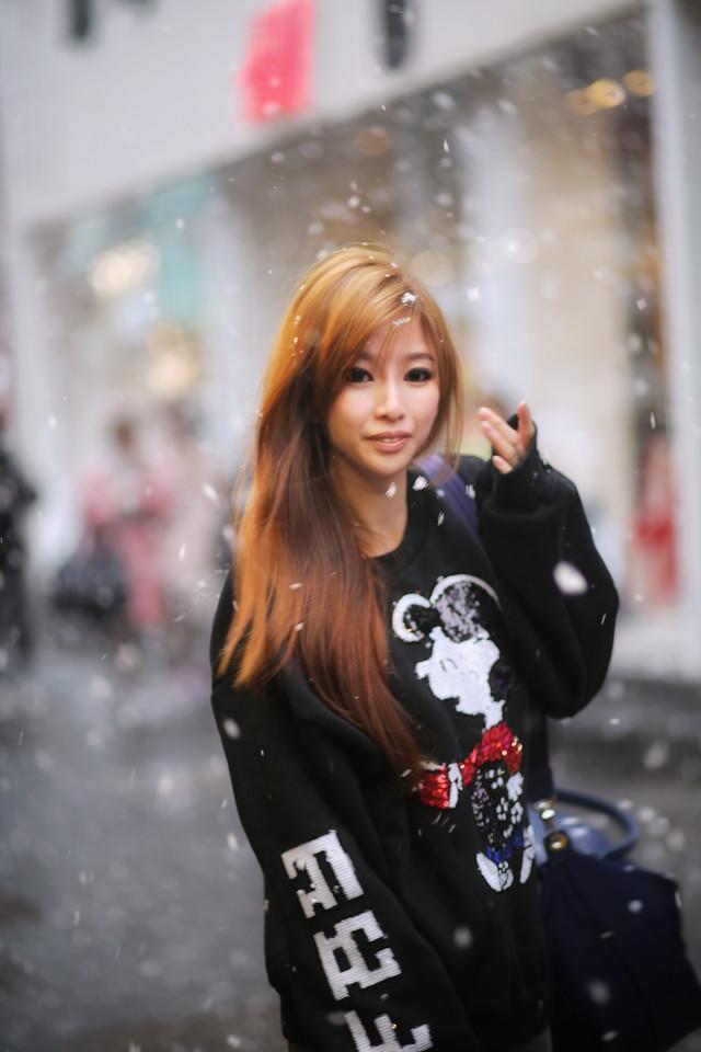 renzze girl in sweatshirt in snow