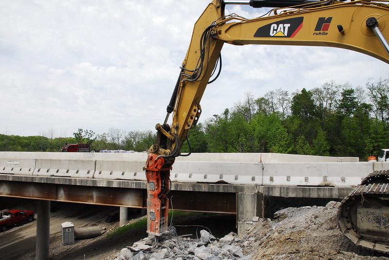 NPK GH12 hydraulic hammer on Cat excavator_bridge demolition (38).JPG