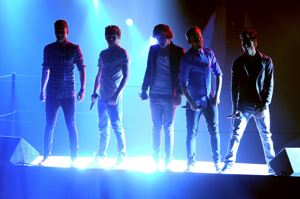 . LOS ANGELES, CA - SEPTEMBER 06:  (L-R) Singers Liam Payne, Niall Horan, Harry Styles, Louis Tomlinson and Zayn Malik of One Direction perform onstage during the 2012 MTV Video Music Awards at Staples Center on September 6, 2012 in Los Angeles, California.  (Photo by Kevin Winter/Getty Images)