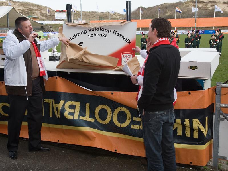 NK Veldloop voor Gemeenteambtenaren 2008. Voorzitter Michel Melis overhandigt een cheque t.w.v. 25.000 euro aan de directeur van de Dirk Kuijt Foundation.