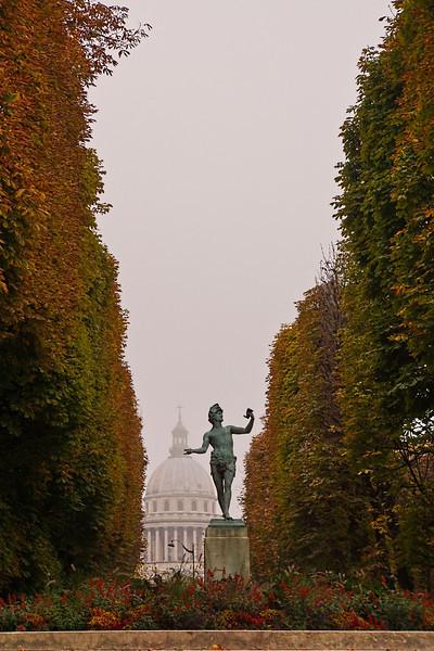 Luxeumbourg statue 01069.jpg