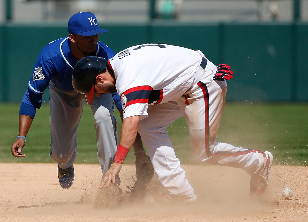. Chicago White Sox\'s Adam Eaton, right, steals second base as Kansas City Royals shortstop Alcides Escobar misses the catch the ball during the seventh inning of a baseball game Sunday, May 22, 2016, in Chicago. (AP Photo/Nam Y. Huh)
