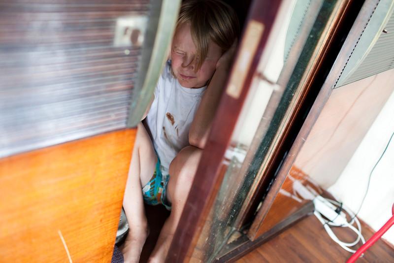 Nederland, Amsterdam, 16 augustus 2009, geensceneerde foto van verwaarloosd. aan huise;ijk geweld blootstaand kind. foto: Katrien Mulder