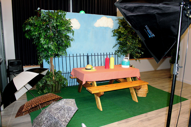 Picnic photo booth  https://thelookingglassphotobooths.com/