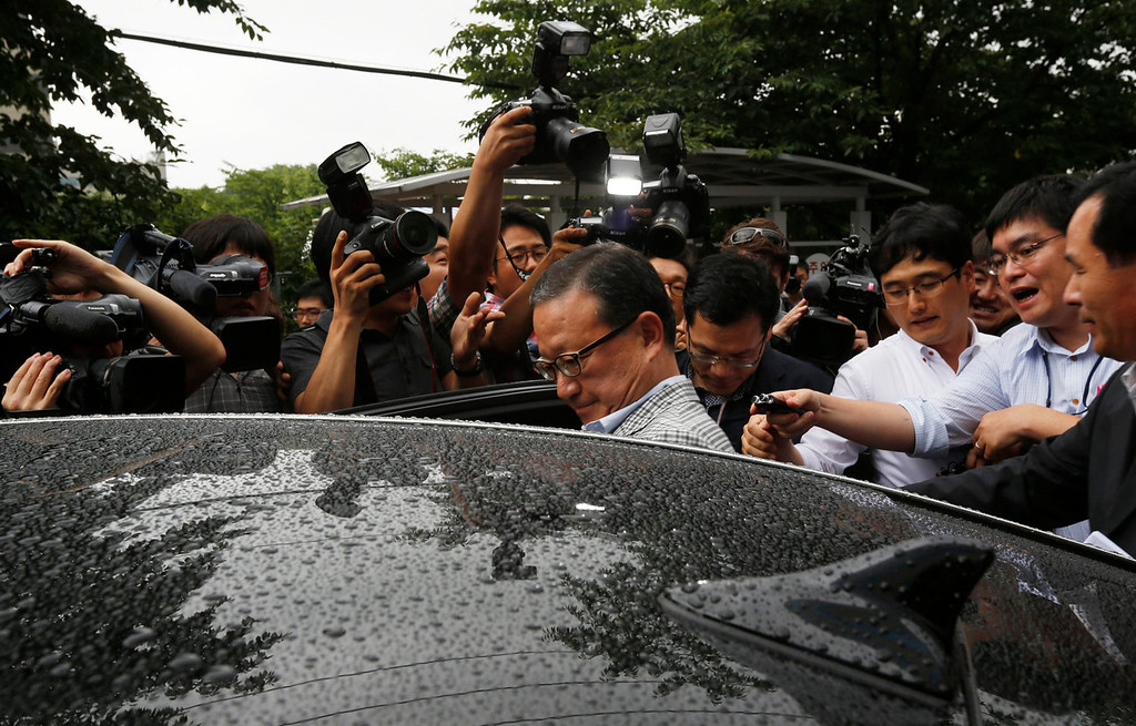 . Yoon Young-doo (C), President of the Asiana Airline, leaves after a news conference at its head office in Seoul July 7, 2013. Asiana Airlines does not believe that the fatal crash of one of its Boeing 777 planes in San Francisco on Saturday was caused by mechanical failure, although it refused to be drawn on whether the fault lay with pilot error.   REUTERS/Kim Hong-Ji