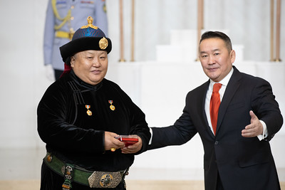 Монгол Улсын Ерөнхийлөгч Х.Баттулга Төрийн дээд цол, одон, медаль гардуулж байна