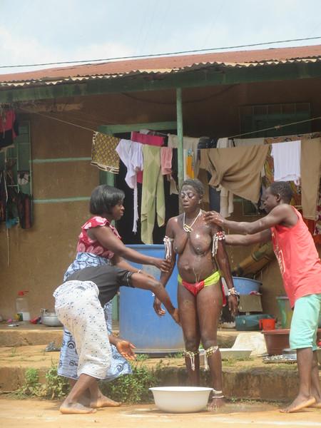 030_Femmes Fétiches Komians. 16 de 20. Les Danses Komians. Initiation après 18 mois. Elle se fait laver de ces mauvais esprits.JPG