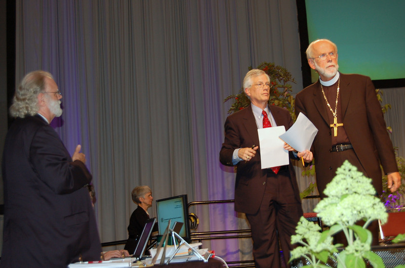 Parliamentarian Pr. Lyle Kleman (left) discusses a pending motion with David Swartling and Presiding Bishop Mark Hanson.