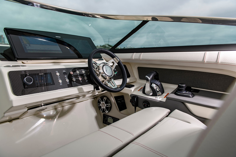 2020-SLX-R-310-outboard-helm-01.jpg