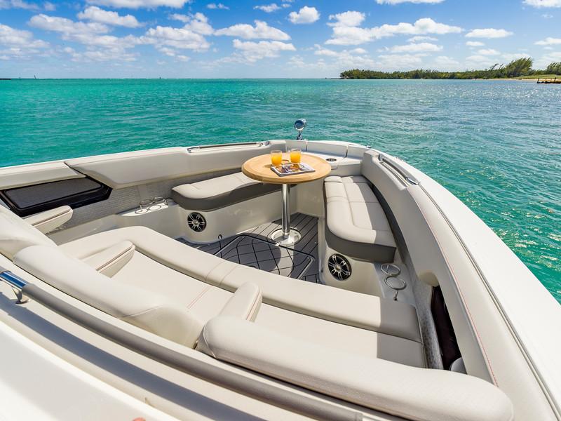 2020-SLX-R-400-e-Outboard-bow-table-01.jpg
