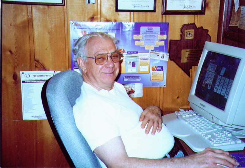 Wayne playing solitaire on the computer, 2003 .jpg