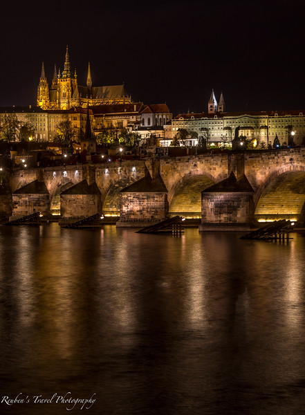 Prague castle at night.jpg