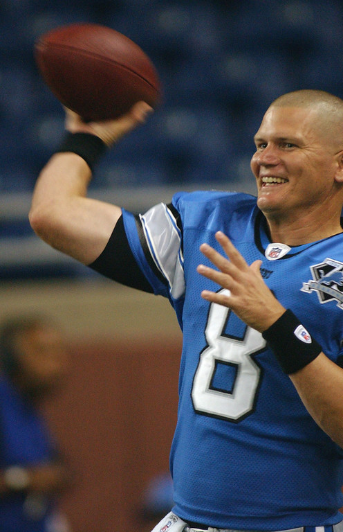 . Detroit Lions quarterback Jon Kitna warms up before his team\'s game with the New York Giants, Thursday, August 7, 2008, at Ford Field in Detroit, Mich.  The Lions beat the Giants, 13-10.  (The Oakland Press/Jose Juarez)