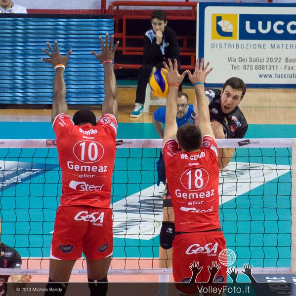 Petric Nemanja (Perugia) attacco, SIMON Robertlandy e DE CECCO Luciano muro (Piacenza)
