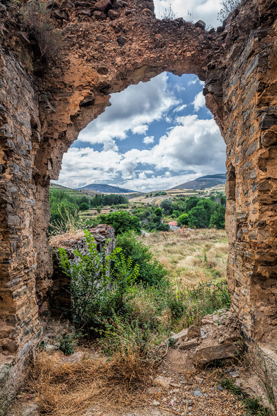 Hole in the Middle Age city walls, Yanguas, Soria, Spain