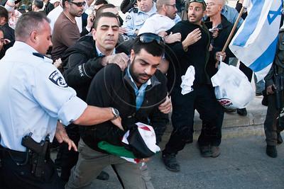 20121129 Palestinian flag burning attempt goes violent