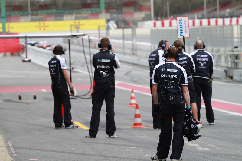 Williams pit crew get ready for Nico