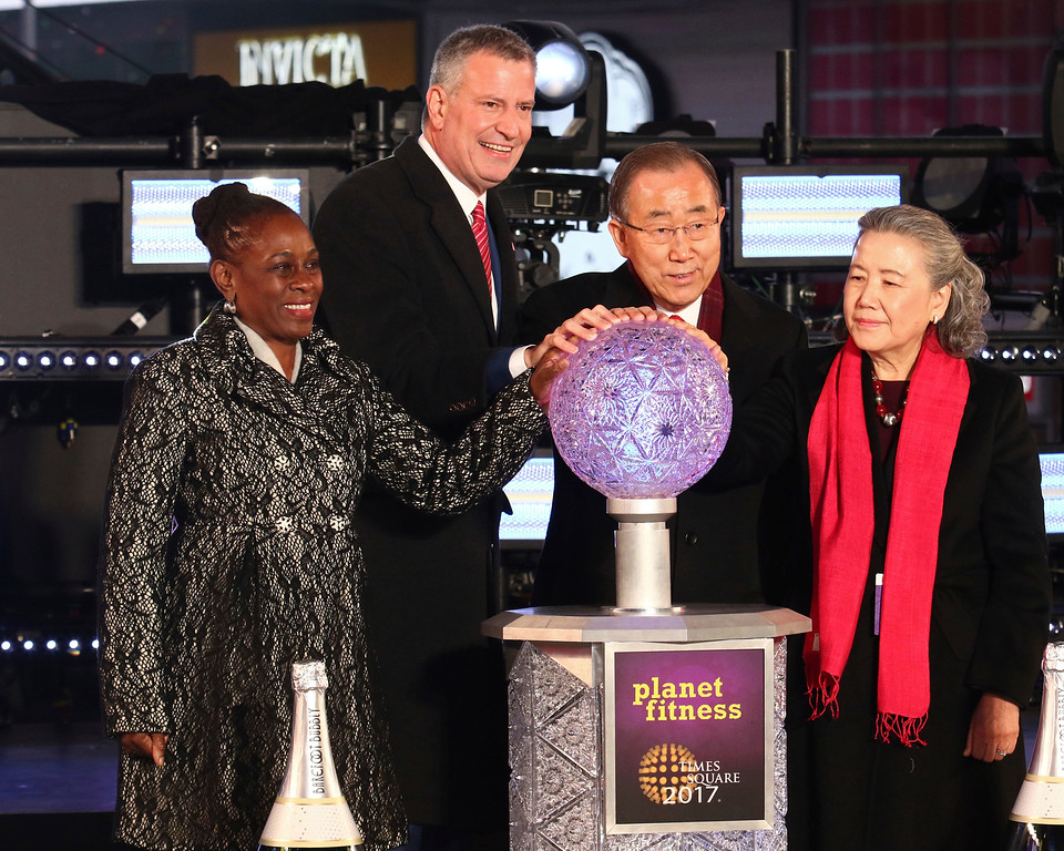 . New York City Mayor Bill de Blasio, second from left, his wife Chirlane McCray, left, United Nations Secretary-General Ban Ki-moon, second from right, and his wife Yoo Soon-taek prepare to push the Waterford crystal button that begins the 60-second countdown to 2017 during a New Year\'s Eve celebration in New York\'s Times Square, Saturday, Dec. 31, 2016. (Photo by Greg Allen/Invision/AP)