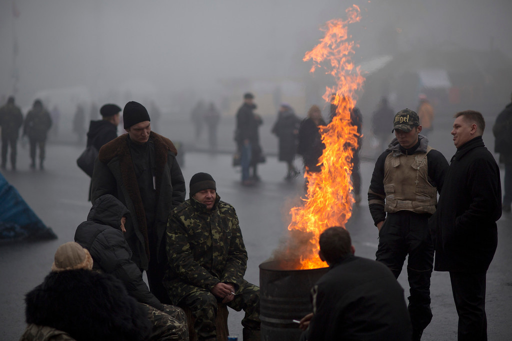 . Ukrainians warm themselves next to a fire at Kiev\'s Independence Square, Ukraine, Tuesday, March 4, 2014. (AP Photo/Emilio Morenatti)