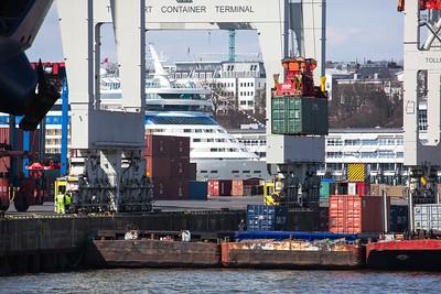 2013 04 06 Containerschiff Cosco Development im Hamburger Hafen