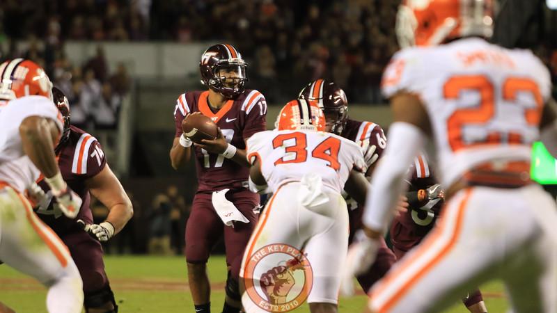 QB Josh Jackson recieves the snap and looks for an open pass. (Mark Umansky/TheKeyPlay.com)