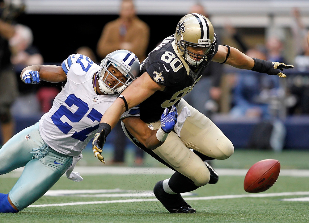 . New Orleans Saints tight end Jimmy Graham beats Dallas Cowboys safety Eric Frampton to the fumble to set up the game winning field goad in overtime of their NFL football game in Arlington, Texas December 23, 2012.  REUTERS/Mike Stone