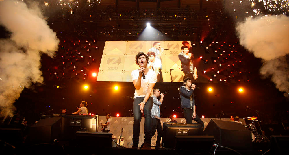 . Singer Harry Styles (C) of the One Direction band performs during the Z100 Jingle Ball at Madison Square Gardens in New York December 7, 2012.    REUTERS/Carlo Allegri