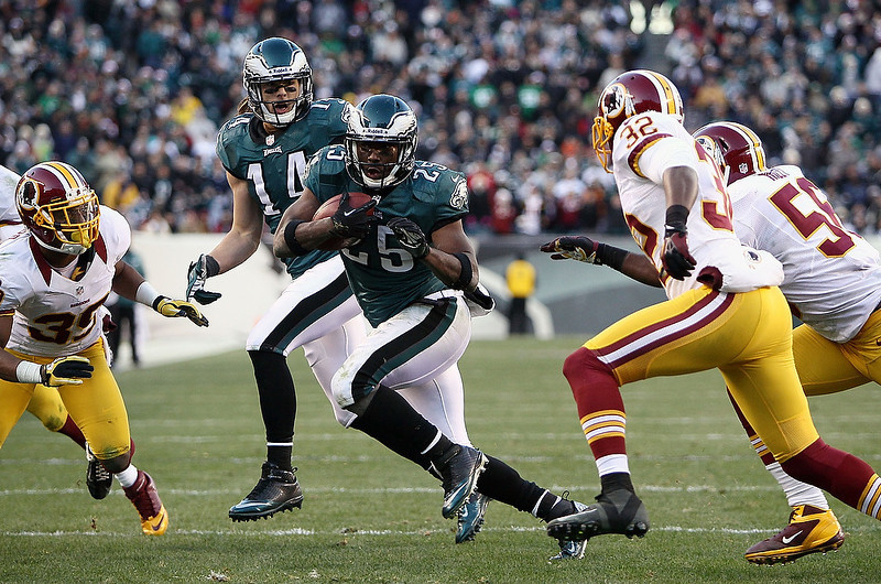 . LeSean McCoy #25 of the Philadelphia Eagles runs with the ball against the Washington Redskins during the fourth quarter at Lincoln Financial Field on December 23, 2012 in Philadelphia, Pennsylvania.  (Photo by Alex Trautwig/Getty Images)