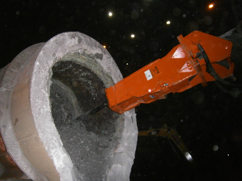 NPK GH4 hydraulic hammer deskulling slag pot in steel mill(43).JPG
