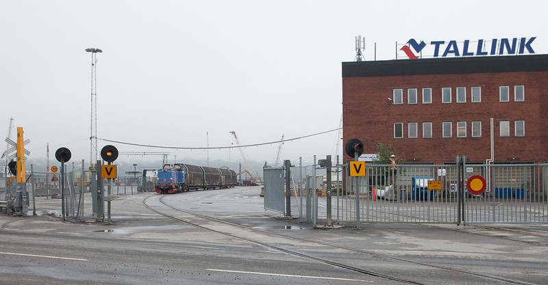 Green Cargo T44 345 delivers cars off the 4543 (Tomteboda 18:35 - Värtan18:46) to the ferry terminal in Värtanhamnen.