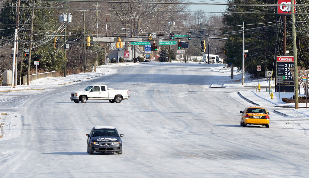 . Traffic is sparse on a snow and ice covered roadway in the metro-Atlanta city of Lithonia, Georgia, USA, 29 January 2014.   EPA/KENT D. JOHNSON / ATLANTA JOURNAL CONSTITUTION