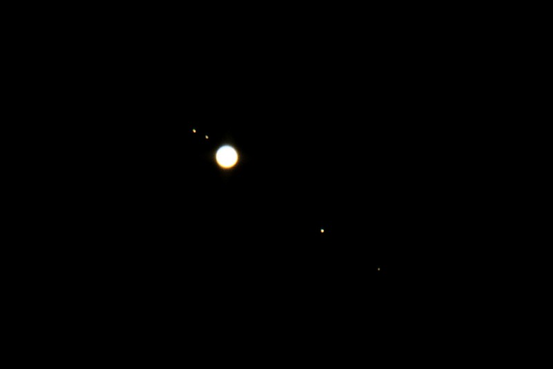 Zleva doprava: Io, Europa, Jupiter, Ganymede, Callisto. Canon 350D, SkyWatcher 130/650, barlow2x.